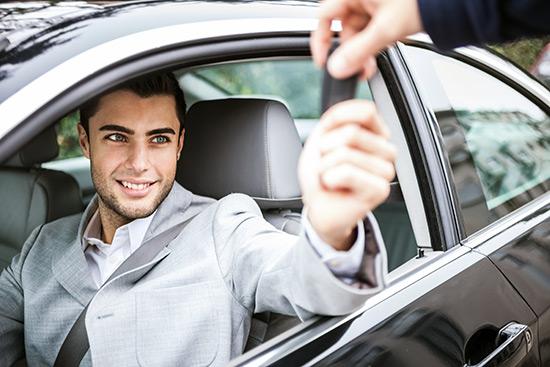 Sposoby na kupno samochodu firmowego to: zakup za gotówkę, kredyt i leasing